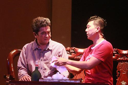 Vở kịch được dàn dựng bối cảnh khá đơn giản, với khoảng 4 lần chuyển cảnh.
