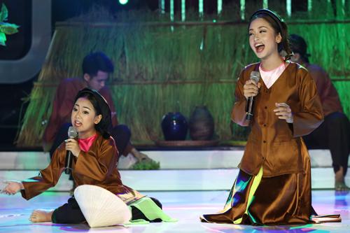 Bé Diệp Nhi (trái) và ca sĩ Thu Hằng diễn lại hình ảnh Nghệ sĩ Ưu tú Thanh Ngoan khi hát xẩm bài