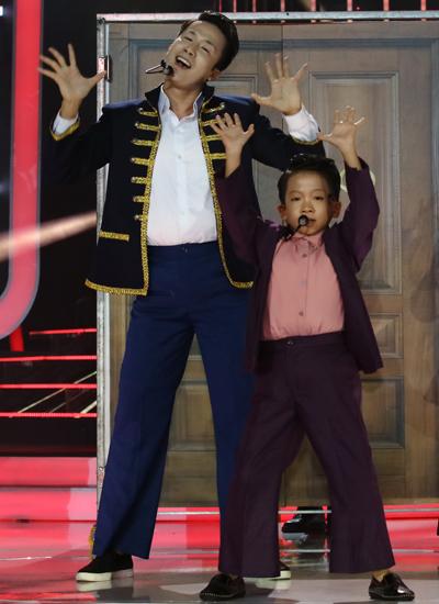 Biên đạo Lê Việt (trái) và bé trai Minh Chiến hóa trang thành Psy - nam ca sĩ Hàn Quốc  trong