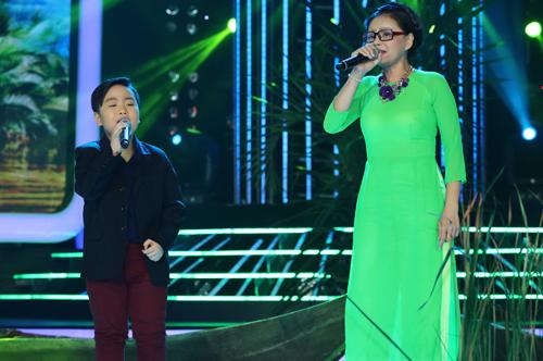 Diễn viên Lê Giang (phải) và bé Quốc Thái hát lại bài Hình bóng quê nhà của ca sĩ Quang Lê.