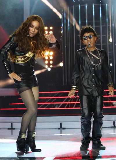 Ca sĩ Đình Hiếu (trái) vào vai giọng ca da màu Beyoncé Knowles, kết hợp cùng cậu bé Công Quốc trong hình tượng ca sĩ Bruno Mars