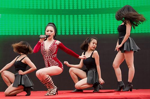 huong-tram-mac-jumpsuit-xe-nguc-sau-o-su-kien-3