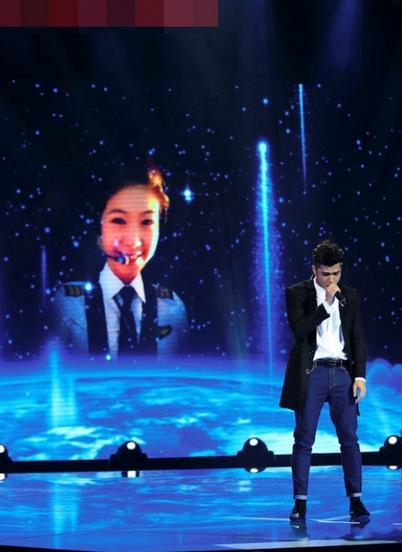 Cuối tháng 9/2014, Trương Thế Vinh tham gia gameshow The Winner is. Anh chiếu hình ảnh của bạn gái trong đồng phục cơ phó của Vietnam Airlines trong phần minh họa cho tiết mục dự thi của mình. Đông Phương và mẹ cô cũng có mặt trong chương trình này.