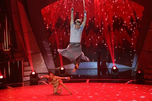 Ngọc Khánh đu dây trong đêm chung kết.