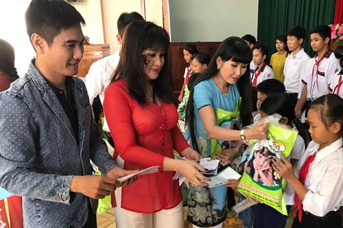 Đại diện gia đình tác giả Sa mưa giông đến thăm các huyện như Tân Hưng, Vĩnh Hưng, Tân Thạnh...