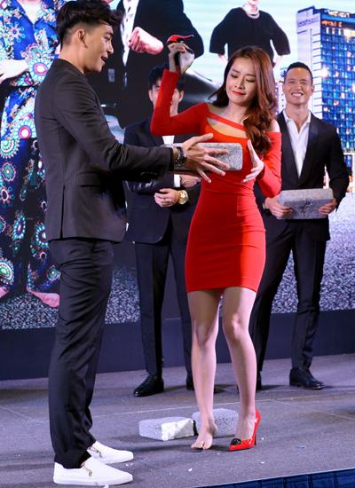 Diễn viên Chi Pu (phải) dùng guốc