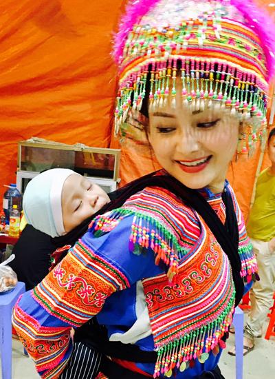 Trong trang phục người Mông, nữ diễ