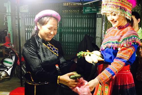 Người đẹp mặc bô dân tộc Mông khi tham gia chợ đêm Cốc Pài.
