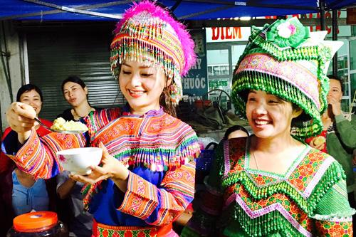 Cô hào hứng thử những món đặc sản ở chợ đêm. Nữ diễn viên Cô được người dân yêu mến nên họ sẵn lòng cho Lan Phương mượn những bộ trang phục dân tộc do chính tay họ may và thêu.