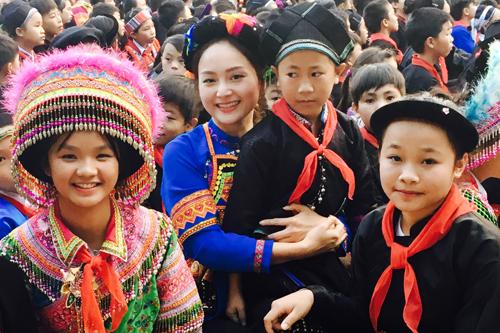 Lan Phương mặc trang phục Phù Lá khi đến tham trường và trao giải cho các em,