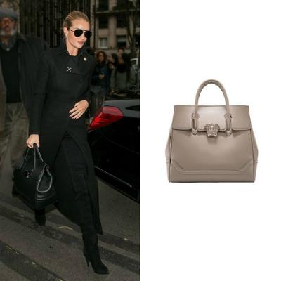 Túi Versace Palazzo Empire là phụ kiện ưa chuộng của siêu mẫu Rosie Huntington- Whiteley, khiến bộ trang phục streetwear trở nên ấn tượng.