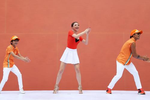 Cả ba cùng hướng dẫn cho khán giả những vũ điệu sôi động trước khi thực hiện tiết mục flashmob.