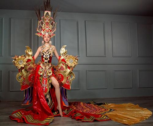 Bộ trang phục dân tộc của Khả Trang ở