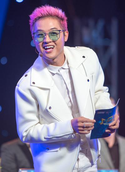 Thanh Duy Idol làm MC cuộc thi.