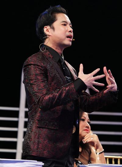 Anh cũng làm giám khảo, góp ý cách hát và phong cách trên sân khấu cho các ca sĩ trẻ.