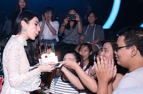 Thủy Tiên bất ngờ nhận được món quà từ người hâm mộ. Các bạn fan này cũng đến trường quay từ rất sớm, chuẩn bị bánh kem và hoa để tổ chức sinh nhật bất ngờ cho nữ ca sĩ ngay tại sân khấu.