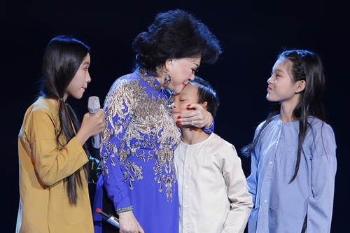 Giao Linh ôm hôn Hồ Văn Cường, con nuôi Phi Nhung, đồng thời là cháu nuôi bà. Danh ca tâm sự liveshow của bà n