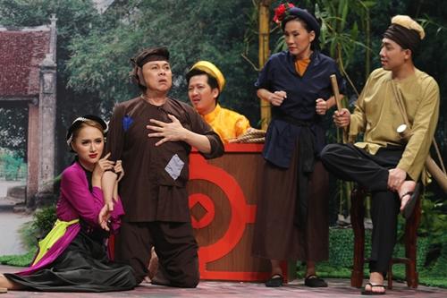 Chí Tài (thứ hai, từ trái qua)