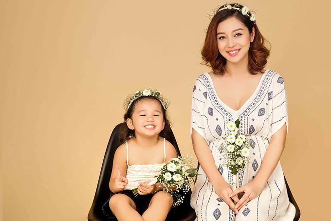Jennifer Phạm chụp ảnh bầu 7 tháng bên con gái