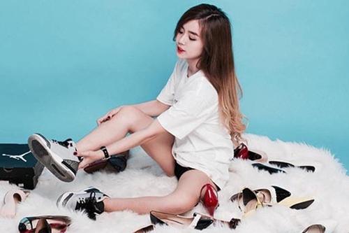 Ở tuổi 19, cô thường diện những trang phục năng động như áo thun, quần sort, giày bata...