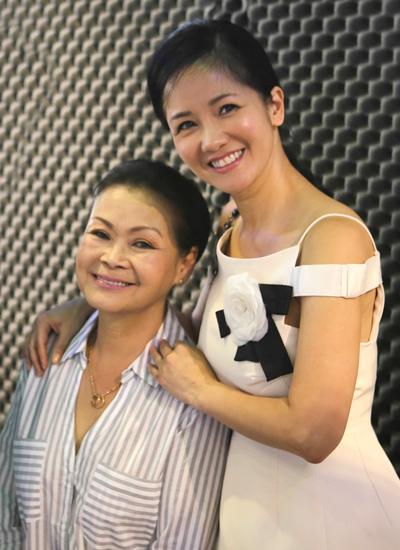 Buổi tập diễn ra cách đây vài ngày tại phòng thu của nhạc sĩ Nguyễn Quang - con trai cố nhạc sĩ Nguyễn Ánh 9. Hồng Nhung (phải)