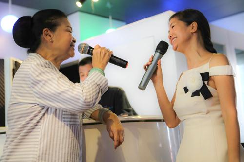Nữ ca sĩ diện bộ đầm hai dây nữ tính tập hát
