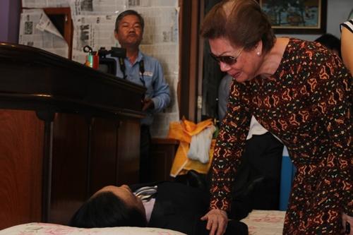 Chị gái nén đau thương bên di thể Quang Lý.
