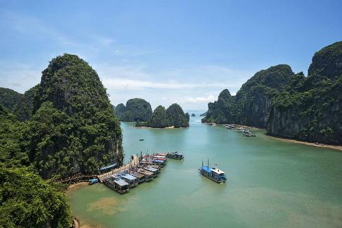 Vịnh Hạ Long là một trong những điểm đến hút khách bậc nhất ở Việt Nam. Ảnh: MSN.
