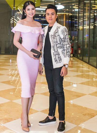 Hoa hậu Việt Nam 2010 Ngọc Hân mặc váy quây đi xem phim cùng bạn.