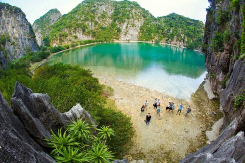 Đảo Mắt Rồng được săn đón bởi chính sự hoang sơ, nguyên thủy. Ảnh: Yên Chi