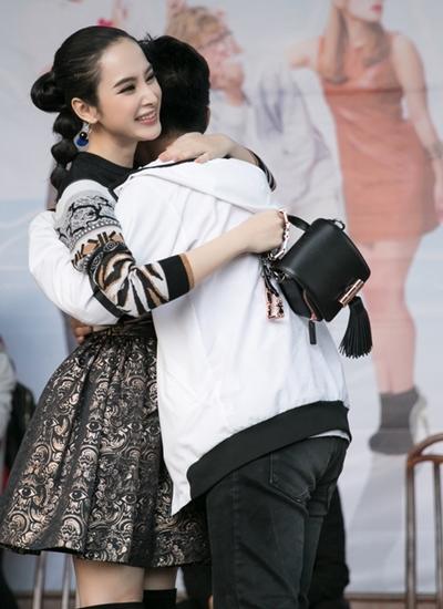 Một nam sinh xin phép ôm kỷ niệm nữ diễn viên tại trường THPT Hòn Gai.