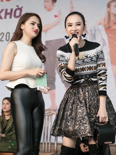 Ca sĩ Hương Giang Idol (trái) làm MC giao lưu trong chương trình.