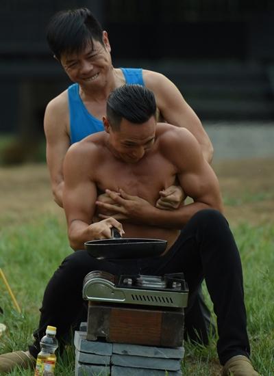 Kim Lý (trước) và Thái Hòa có nhiều khoảnh khắc nghịch ngợm trên phim trường.