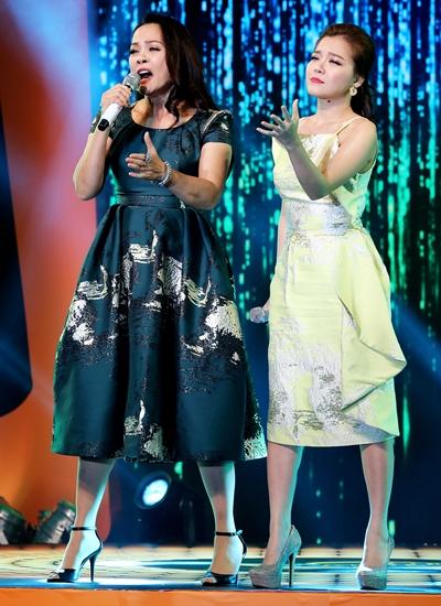 Ca sĩ Hồng Hạnh (trái)