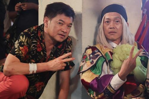 Bộ phim là dự án điện ảnh lần đầu tiên Hoài Linh và ông xã nghệ sĩ Hồng Đào đóng chung. Cả hai có mối quan hệ thân tình gần 20 năm trước. Hồng Đào kể