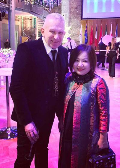 Nhà thiết kế Jean Paul Gaultier và bà Lê Thị Quỳnh Trang tại buổi gặp mặt.