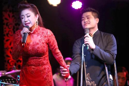 Trong phần song ca Lan và Điệp, Thoại Mỹ rơi nước mắt vì cảm xúc dâng trào khi hát cùng