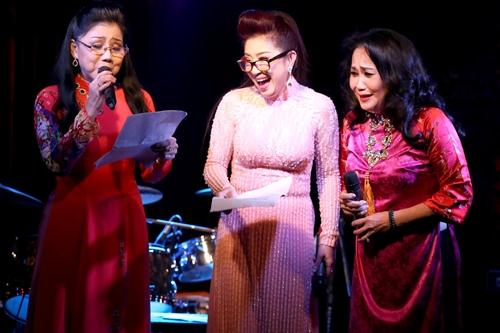 Nghệ sĩ Ưu tú Phượng Loan (trái), Thanh Hằng (phải) hội ngộ Thoại Mỹ trên sân khấu. Ba giọng hát cùng thể hiện bản ca cô