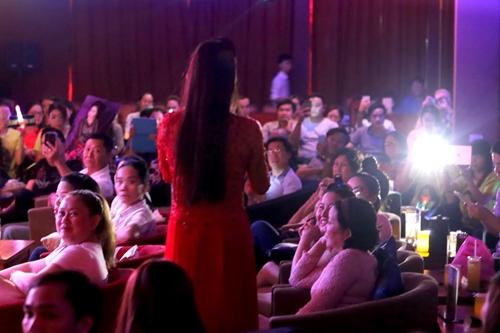 Đông đảo khán giả nán lại nghe Thoại Mỹ hát và tâm sự đến 12h khuya.