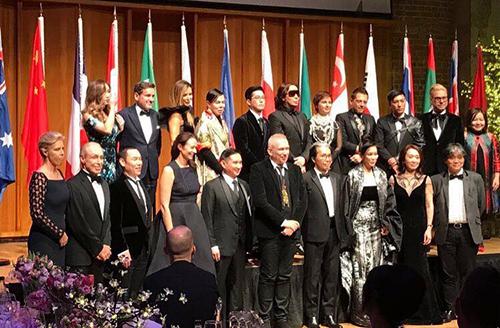 Bà Quỳnh Trang (phải, hàng trên) cùng các nhà thiết kế và tên tuổi lớn của làng thời trang thế giới.