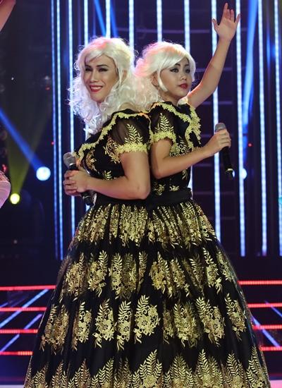 Biên đạo Lê Việt (trái) và bé Nhã Thy mặc chung một chiếc váy rộng để