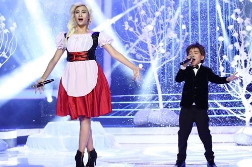 Hà Thúy Anh (trái) và cậu bé Minh Chiến hát Tình ca du mục - ca khúc nhạc Nga.