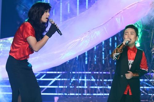 Nam ca sĩ Đình Hiếu (trái) hóa thành ca sĩ Thanh Lam, cậu bé Quốc Thái diễn vai ca sĩ Tùng Dương trong ca khúc Chảy đi sông ơi.