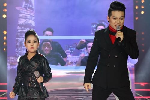 Vũ Hà (phải) và bé Diệp Nhi hát lại ca khúc Taxi của Thu Minh.