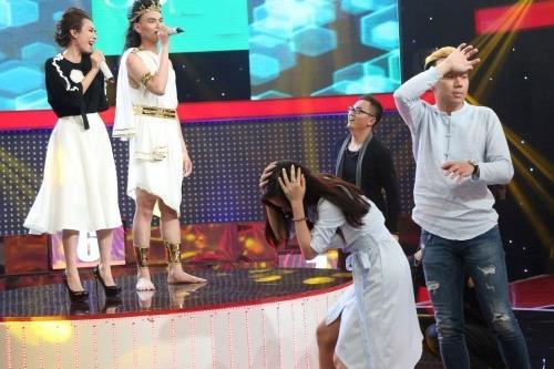 Tiết mục của Thu Trang (váy trắng) và thí sinh khiến