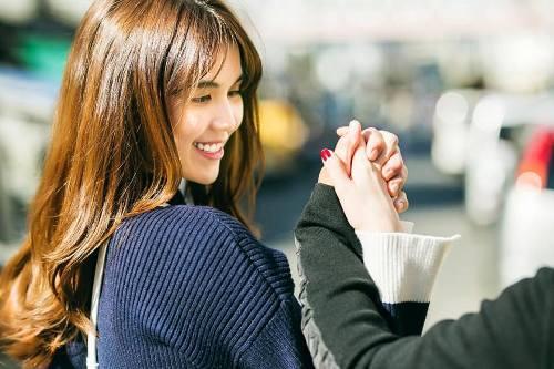 Hình ảnh Ngọc Trinh nắm tay bạn trai trên phố thu hút sự quan tâm khi cô chia sẻ trên trang cá nhân.