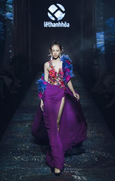 Phí Phương Anh mở màn ấn tượng với một thiết kế đính hoa