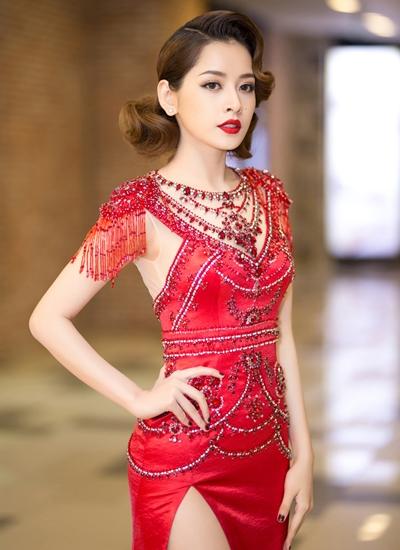 Váy được đính đá thủ công với phần tua rua hai bên vai. Người đẹp sinh năm 1993