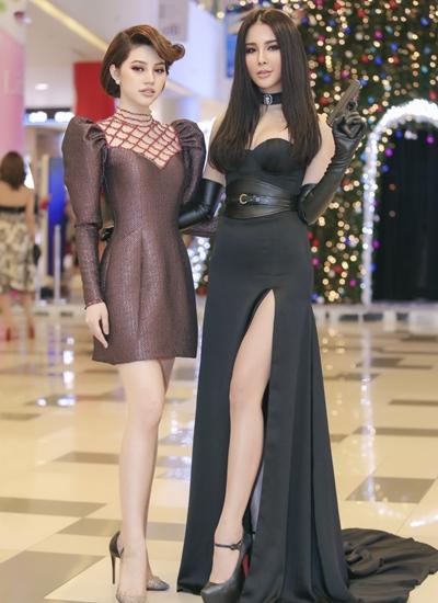 Nữ diễn viên tạo dáng với súng bên Jolie Nguyễn - Hoa hậu thế giới người Việt tại Australia 2015