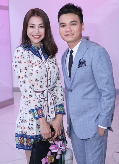 Ca sĩ Trà Ngọc Hằng (trái) đến chúc mừng MV mới của Khắc Việt.